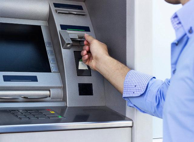 Αναλήψεις μετρητών από ΑΤΜ: Οι νέες «τσουχτερές» χρεώσεις που ισχύουν από σήμερα