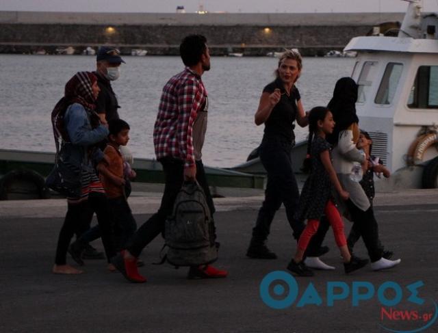 Σκάφος με 170 άτομα ρυμουλκείται στο λιμάνι της Καλαμάτας