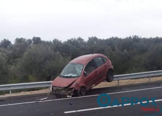 Αυτοκίνητο «σκαρφάλωσε» στα κιγκλιδώματα