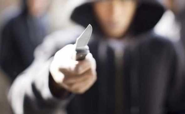Μαχαιρώθηκαν μέρα μεσημέρι στην οδό Μπουλούκου