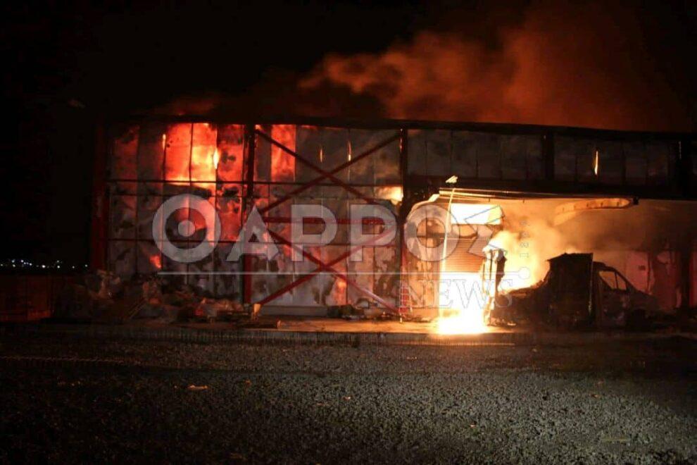 Ανίκητη η φωτιά συνεχίζει να καίει τα πάντα σε αποθήκη της ΒΙ.ΠΕ