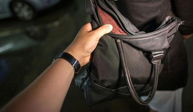 Ρομά έκλεψε χρήματα από τσάντα μέσα σε σπίτι