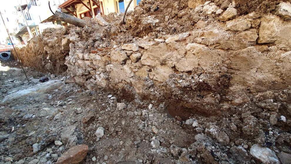 Εύρημα παλιού πέτρινου καναλιού θα εξετάσει  η Εφορεία Αρχαιοτήτων στην Άνω Πόλη Κυπαρισσίας