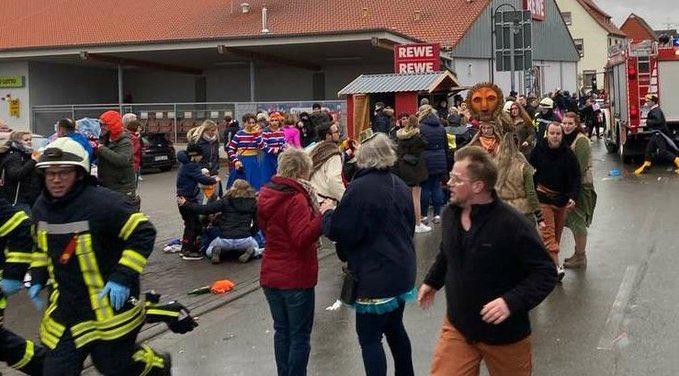 Aυτοκίνητο έπεσε πάνω σε καρναβαλικό άρμα στο Κάσελ της Γερμανίας, τουλάχιστον 10 τραυματίες