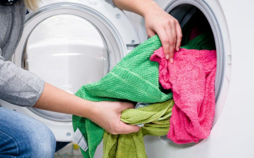 Κορωνοϊός: Τι κάνουμε με το πλύσιμο των ρούχων;