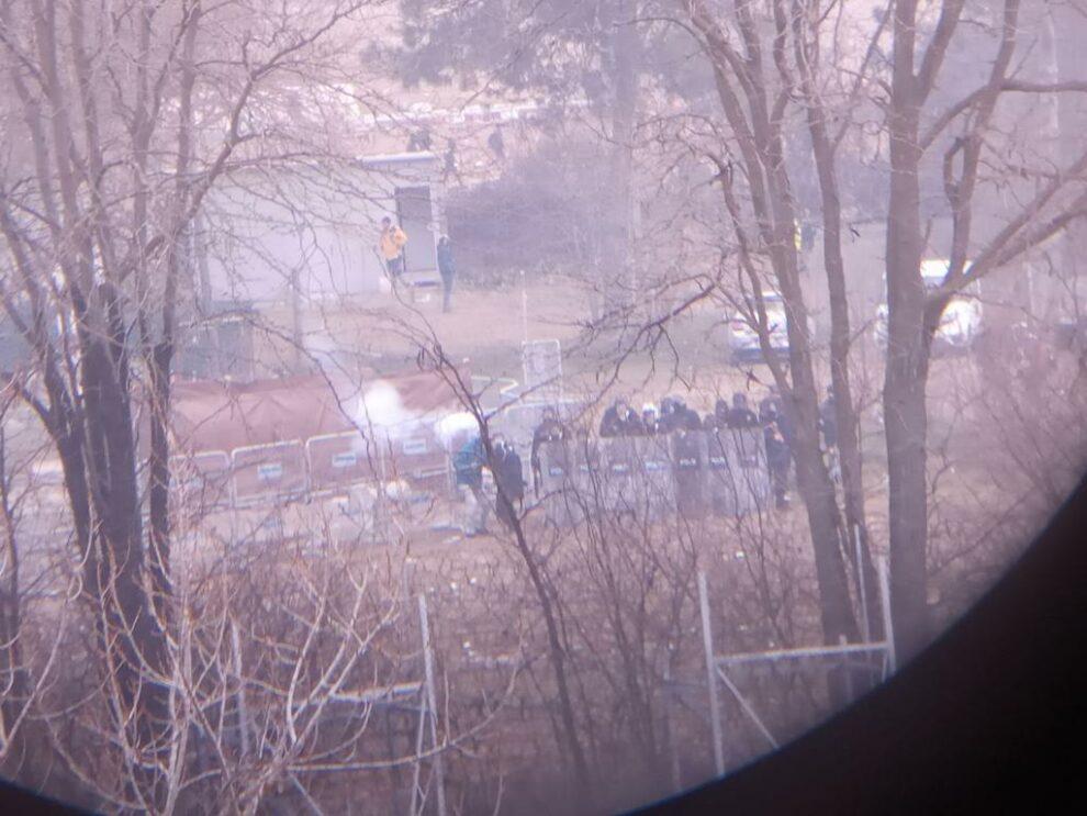 Βίντεο ντοκουμέντο με την Τουρκική αστυνομία να ρίχνει δακρυγόνα στην Ελληνική πλευρά!