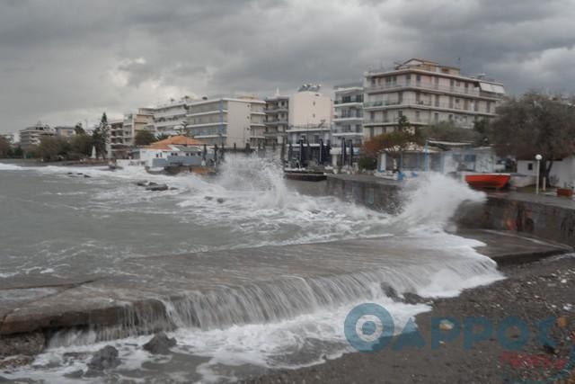 Εντυπωσιακά κύματα στην Καλαμάτα (φωτογραφίες και βίντεο)