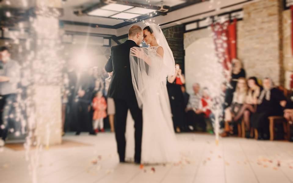 Στο… στόχαστρο γάμοι και βαφτίσια…