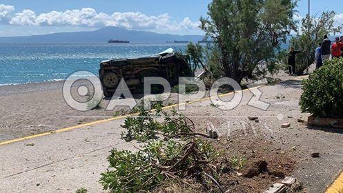 «Βανάκι» εκτός ελέγχου, «προσγειώθηκε» στην παραλία της Καλαμάτας (φωτογραφίες)