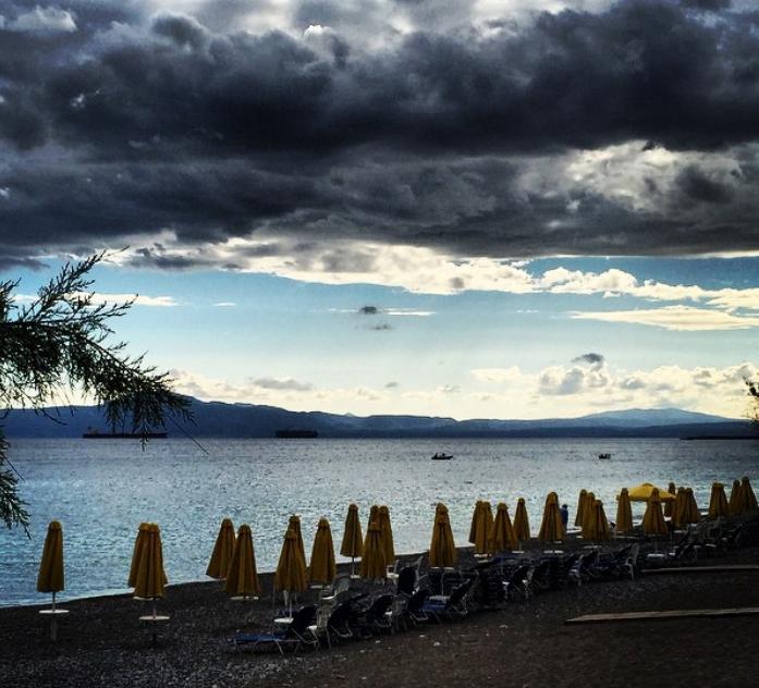 «Αλαλούμ» γύρω από τις ξαπλώστρες  και τις ομπρέλες στις παραλίες
