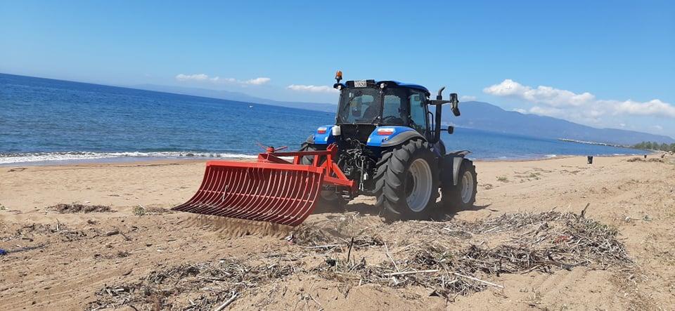 Μηχάνημα καθαρίζει τη Δυτική Παραλία