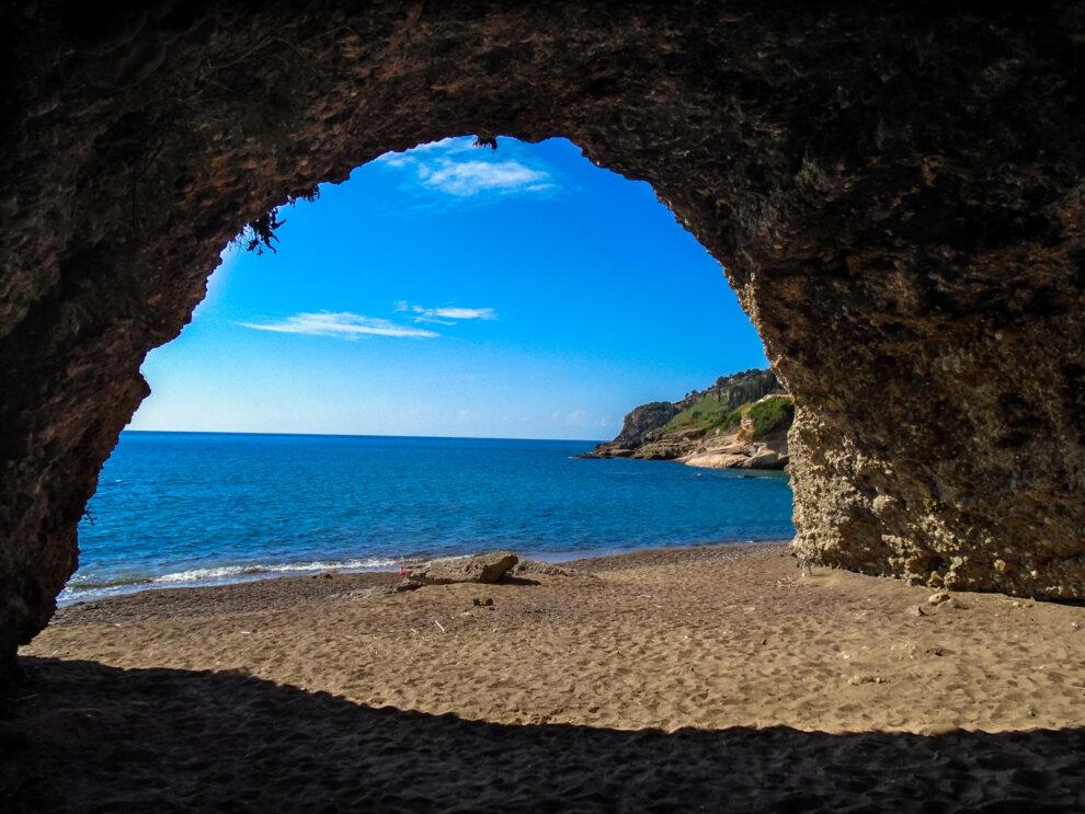 Οι μυστικές παραλίες της Κορώνης περιμένουν να τις ανακαλύψουμε…