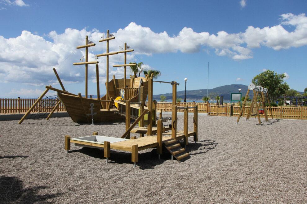 """Η μοναδική παιδική χαρά – """"ξύλινο πλοίο"""" στην παραλία της Μπούκας στη Μεσσήνη (βίντεο)"""