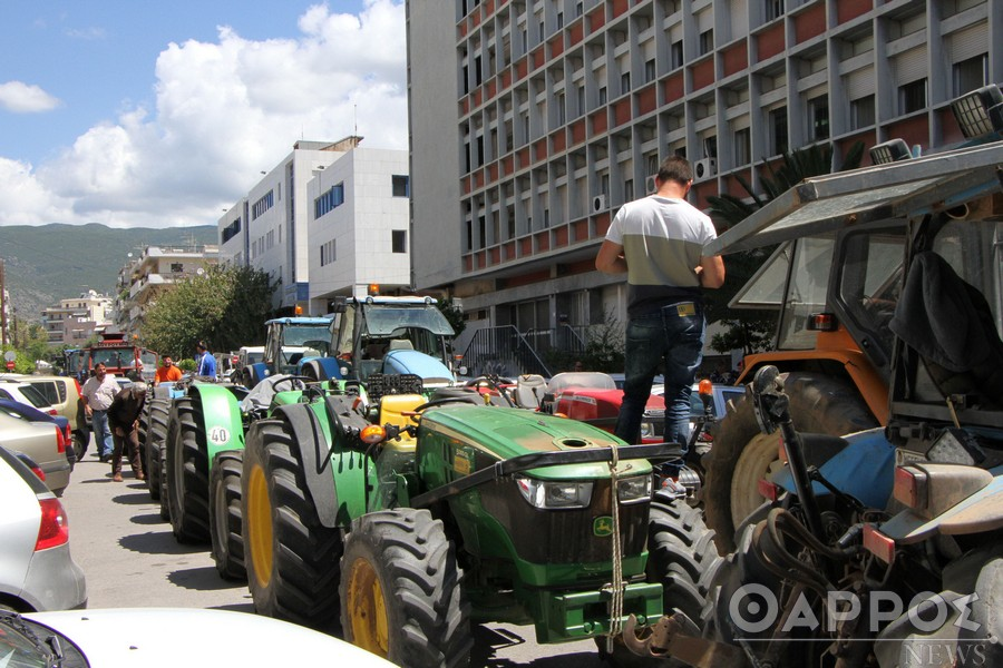 Πατατοπαραγωγοί και ελαιοπαραγωγοί «γέμισαν»  με τρακτέρ τους δρόμους της Καλαμάτας