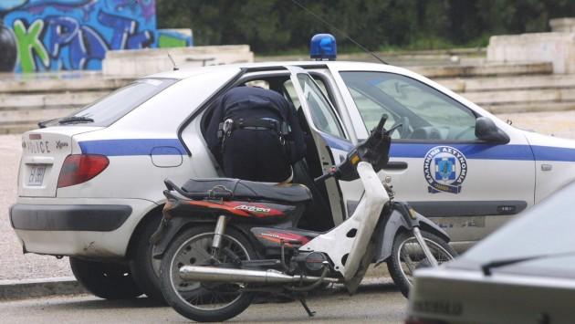 Συνελήφθη γιατί ο γιος του οδηγούσε μηχανάκι χωρίς δίπλωμα