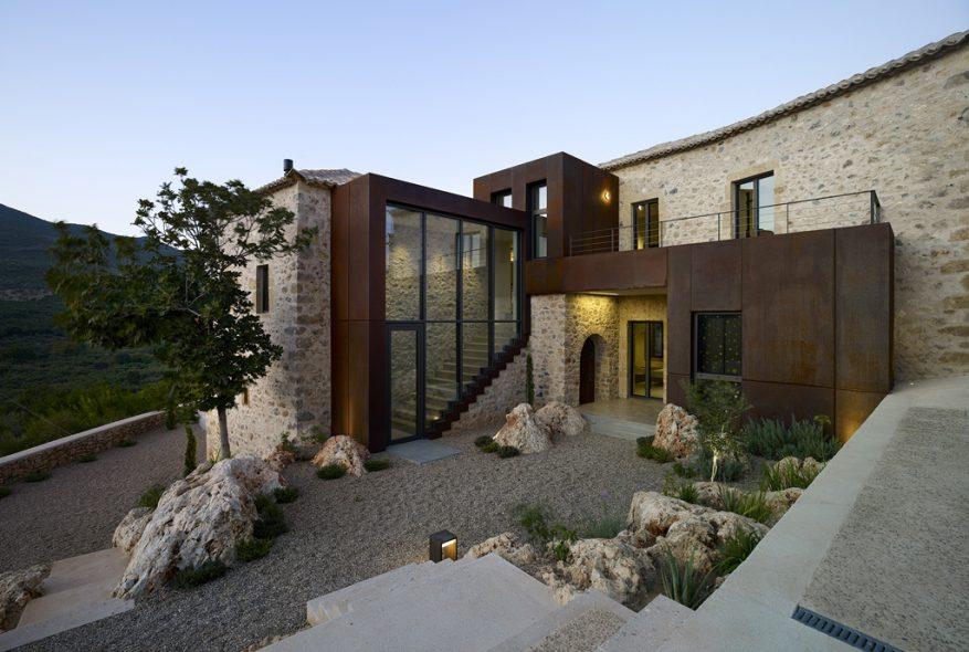 Rusted Mill House: Η εντυπωσιακή βίλα της Engel & Völkers στη Μεσσηνιακή Μάνη