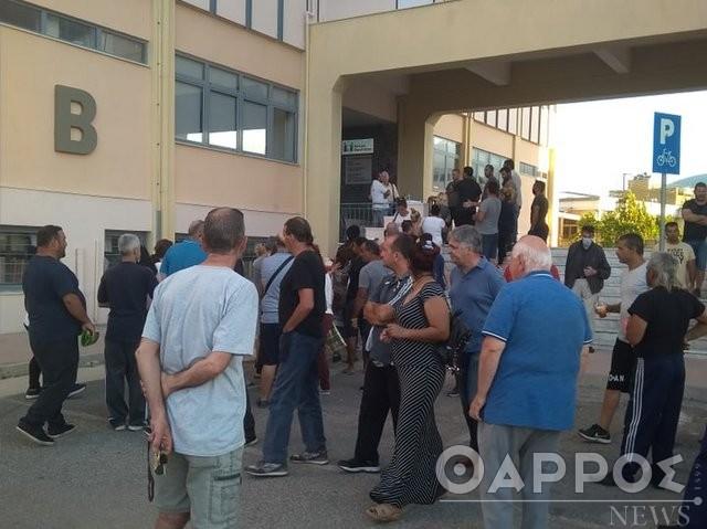 Καλαμάτα: Από τις 5 το πρωί ουρές και ένταση στο δημαρχείο για το ΚΕΑ