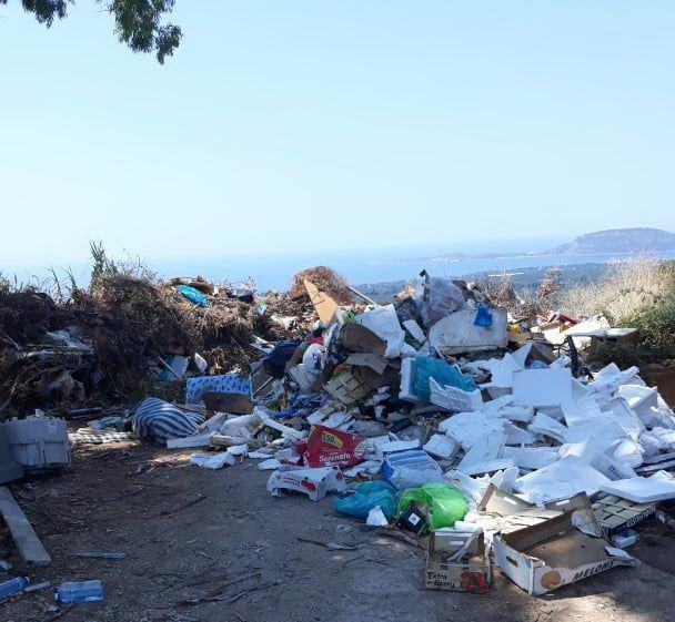 Γαργαλιάνοι: Παράνομος σκουπιδότοπος στον όρχο οχημάτων του δήμου