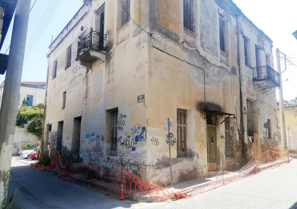 Ακόμα πιο επικίνδυνο το παλιό διατηρητέο κτήριο στην οδό Αριστοδήμου