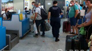 Ούτε ένα, ούτε δύο, αλλά 7 άτομα συνελήφθησαν την Κυριακή στο αεροδρόμιο της Καλαμάτας