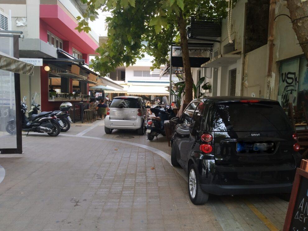 Πεζόδρομος γεμάτος οχήματα