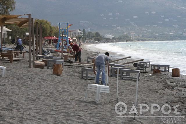 Παραλία Καλαμάτας: Τρέχουν οι επαγγελματίες να μαζέψουν ξαπλώστρες και ομπρέλες