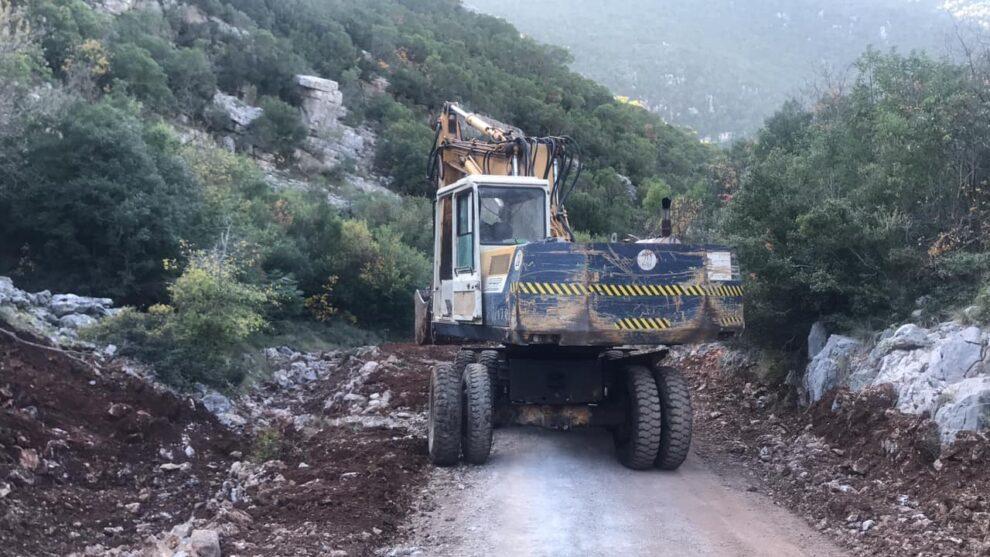 Σε εξέλιξη οι εργασίες για  τη βελτίωση της αγροτικής οδοποιίας στην Πολιανή – Ακολουθεί η Άμφεια