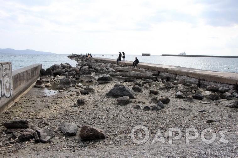 Υποχώρησε η στάθμη της θάλασσας και στο λιμάνι της Καλαμάτας – Η εξήγηση