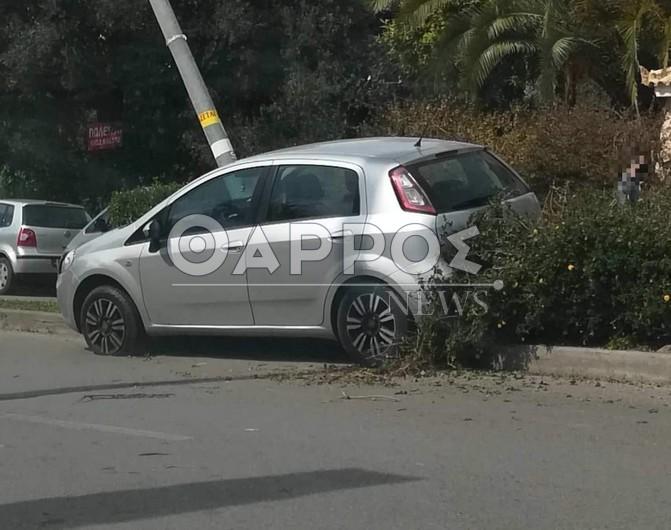 Αυτοκίνητο «καρφώθηκε» σε κολώνα φωτισμού στη Β. Γεωργίου