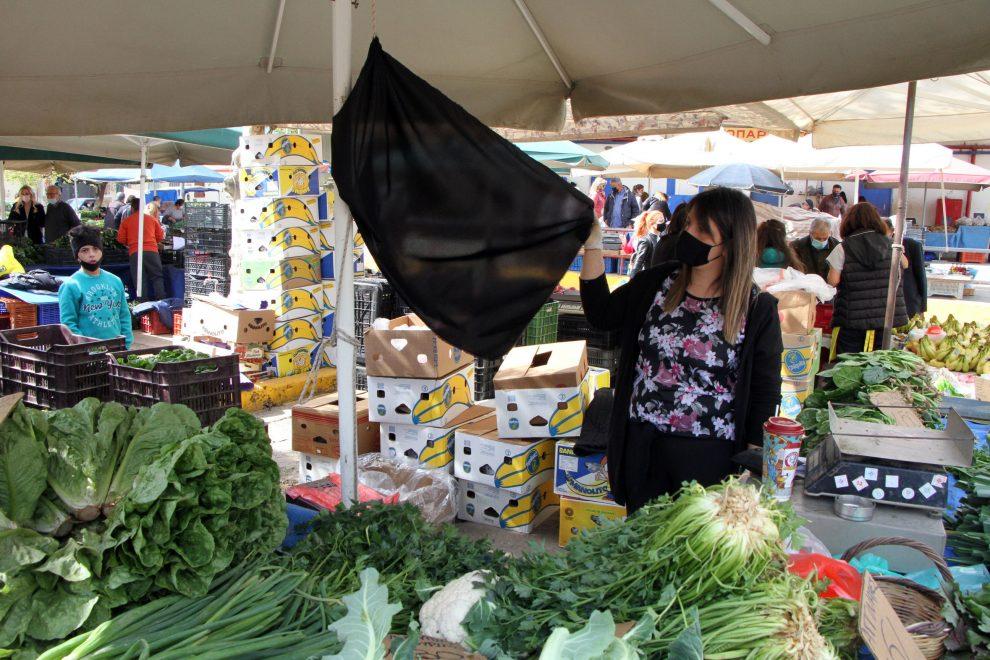 Διαμαρτυρία των παραγωγών  πωλητών στη Λαϊκή Αγορά Καλαμάτας με μαύρες σημαίες στους πάγκους