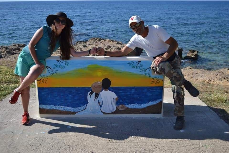 Χρώματα και συναισθήματα  στα τσιμεντένια παγκάκια της παραλίας Κυπαρισσίας