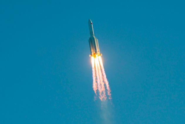Συντρίμμια κινεζικού πυραύλου θα εισέλθουν στην ατμόσφαιρα της γης το πρωί της Κυριακής