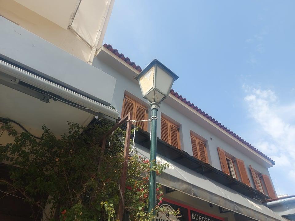 Καλαμάτα: Στύλος φωτισμού κρατιέται όρθιος με σκοινί!