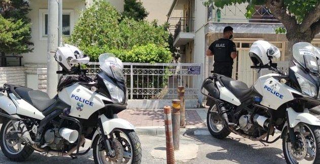 Γυναικοκτονία στη Δάφνη: Σε διαθεσιμότητα οι δύο αστυνομικοί που αγνόησαν τις κλήσεις περιοίκων