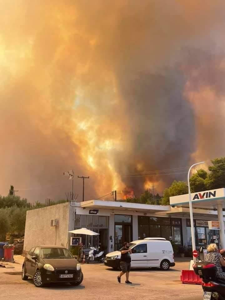 Μαίνεται η φωτιά στην Αχαΐα: Κάηκαν σπίτια, εκκενώθηκαν οικισμοί