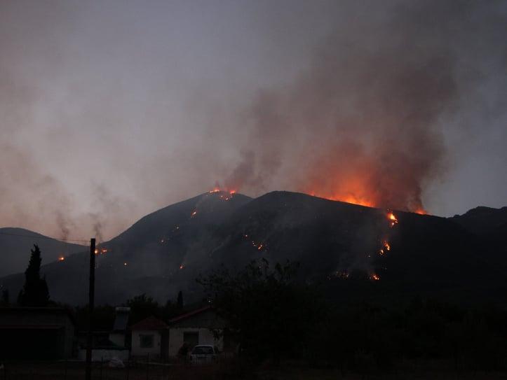 Μαίνεται η φωτιά στην Άνω Μεσσηνία – Κάηκαν σπίτια